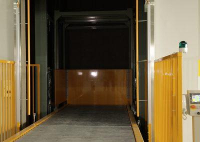 貨物用垂直搬送機(リフト)